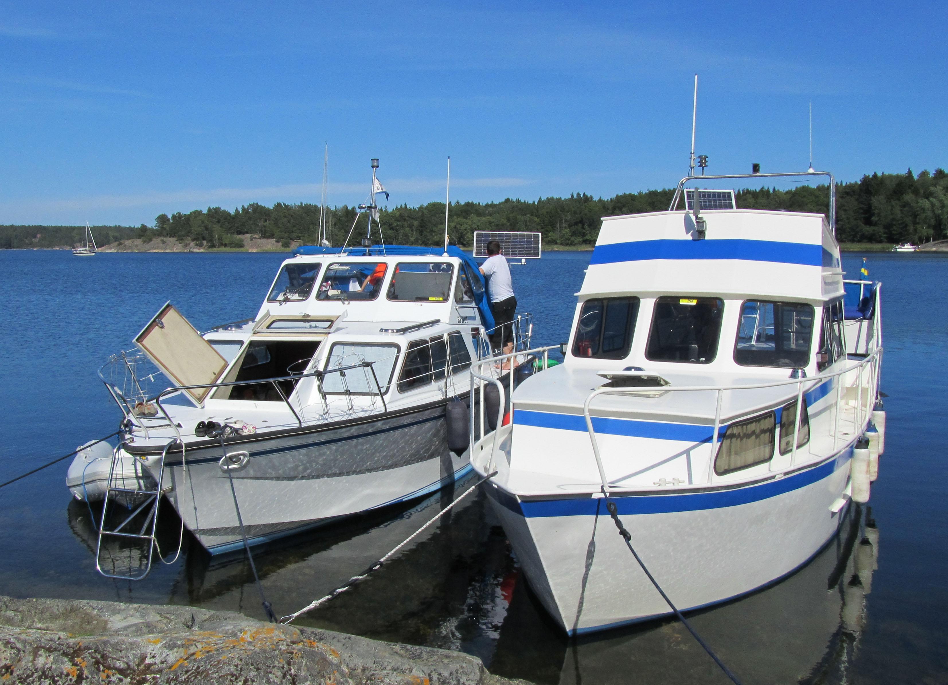 Vår och vår kompis båt, en i plast och en i plåt.