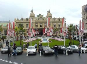 Parkeringen utanför Casinot, Stolparna var lösa och ställdes på plats efter bilen parkerat!
