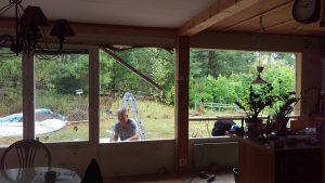 Här är de gamla stora fönstrena och balkongdörren borta och istället reglas det upp för mindre fönster i köksdelen.