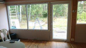 Nya balkongdörren är på plats och de nya stora fönstrena.