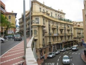 Skumma vägar i bergen i Monaco.