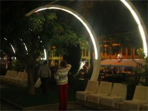 Upplysta parkbänkar utanför hotellet, annorlunda och fint!
