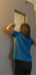 """Ett udda fönster från toaletten till """"sovrummet"""". OBS! Barnen busar i fönstret!"""