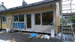 Här har balkongdörren flyttat och istället är det två normalstora fönster